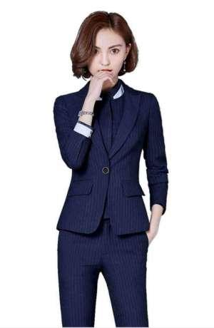 职场女士职业装搭配高跟鞋和平底鞋哪个更合适?
